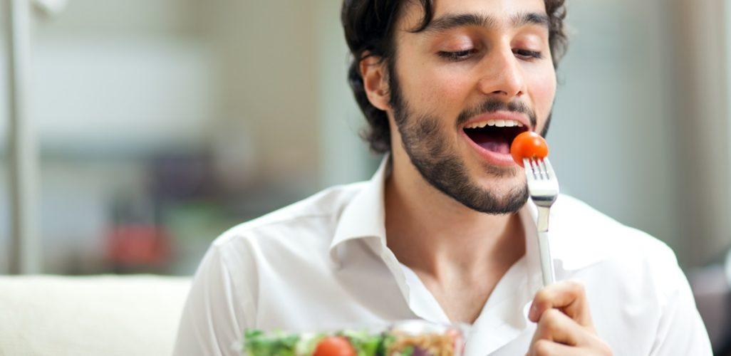 Cinco razones de peso que usted debe comer más despacio