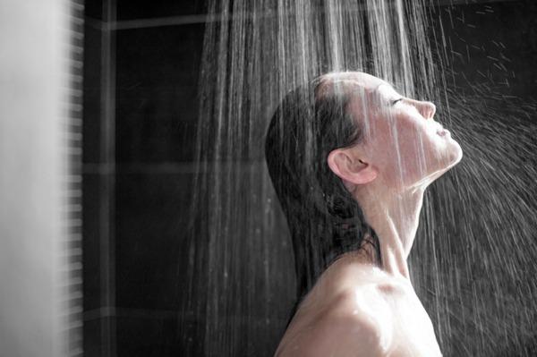 Tomar una ducha caliente