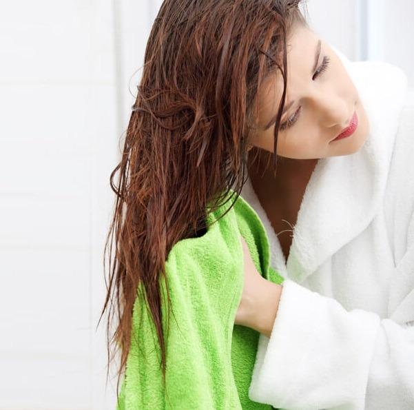 Trucos de la ducha para mantener su cabello saludable