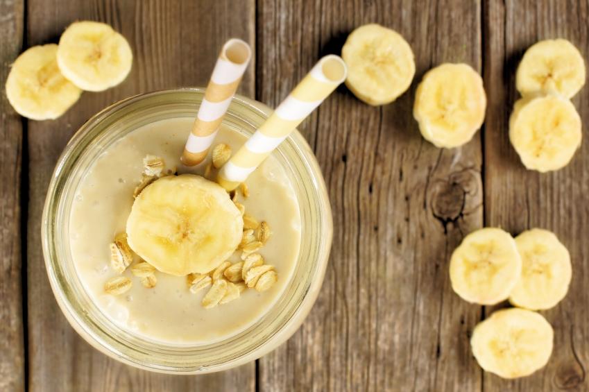 Batido sano de la harina de avena del plátano