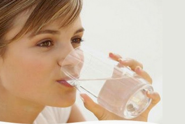Bebida sal del mar agua cada mañana