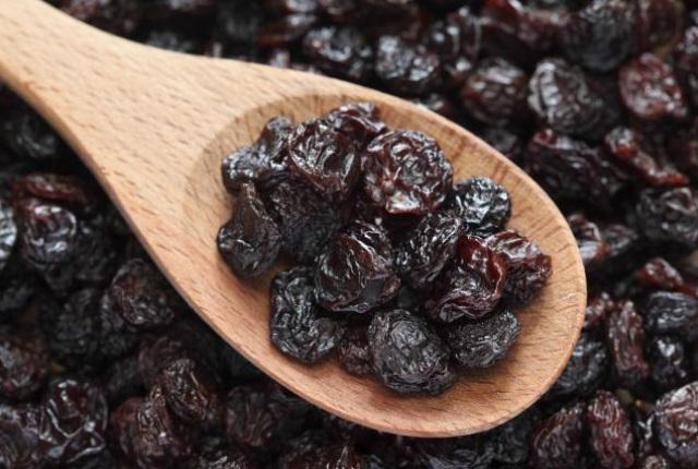 ciruelas pasas y pasas de uva