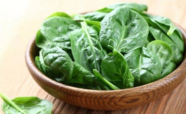 Comer alimentos ricos en hierro con vitamina C