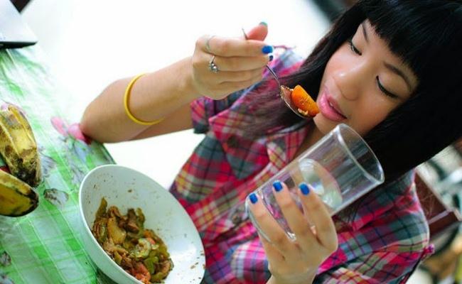 No beba agua con las comidas