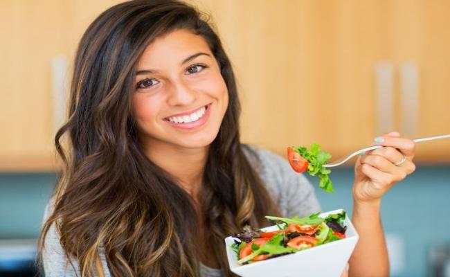 optar por ensaladas antes de la comida