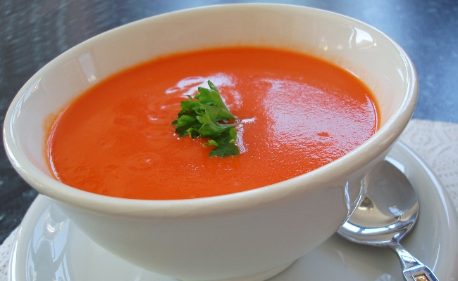 Beba sopa de tomate