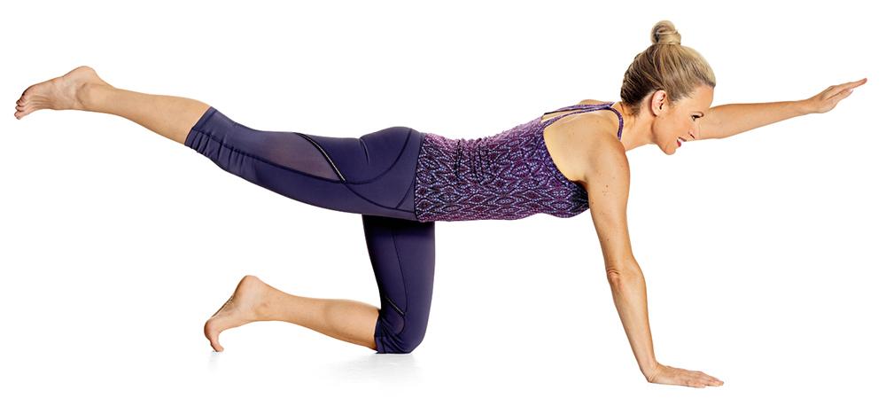 extender la pierna derecha hacia atrás