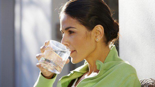 Beba suficiente agua